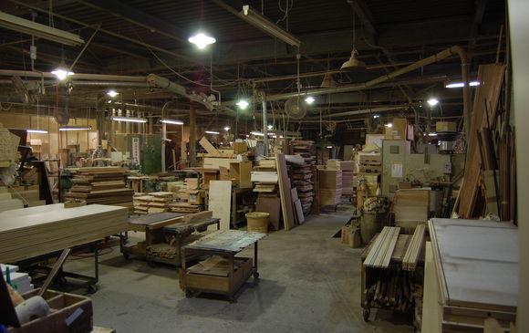 工場内で木造住宅のパネル加工・組立作業