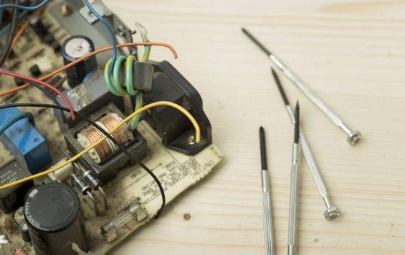自動車モーターの組立、ライン作業