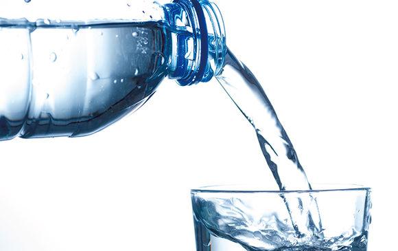飲料水製造工場での調合作業スタッフ